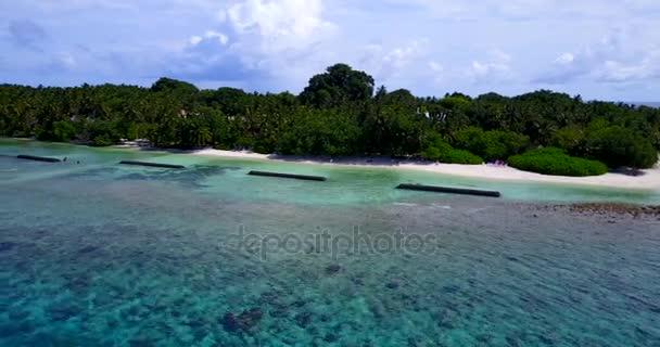 v10350 Maledivy pláž s bílým pískem tropické ostrovy s DRONY letecké létání pohled s aqua modré mořské vody a slunečnou oblohou