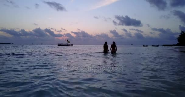 4f0592a84a V10787 zwei 2 schöne junge Mädchen bei Sonnenuntergang Sonnenaufgang  plantschen am Strand abends mit Wasser und sand– Stock-Filmmaterial
