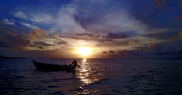 v10894 silueta plachetnice při západu slunce východu slunce s krásnou oblohu a moře na ostrově beach