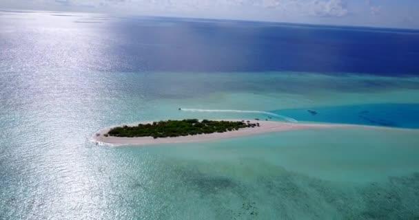 v09617 dovolená v Maledivách tropické ostrovy s výhledem z letecké létající dron na bílé písečné pláže a modré oblohy a moře