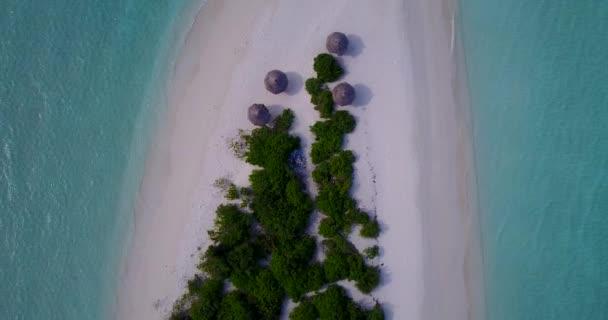 v09831 dovolená v Maledivách tropické ostrovy s výhledem z letecké létající dron na bílé písečné pláže a modré oblohy a moře