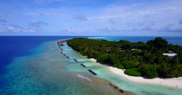 v10390 Maledivy pláž s bílým pískem tropické ostrovy s DRONY letecké létání pohled s aqua modré mořské vody a slunečnou oblohou