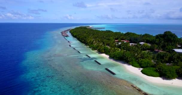v10384 Maledivy pláž s bílým pískem tropické ostrovy s DRONY letecké létání pohled s aqua modré mořské vody a slunečnou oblohou