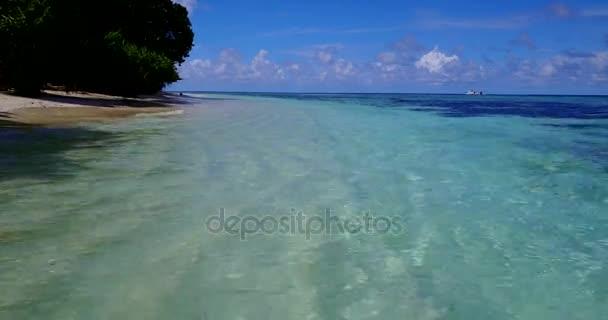 v10540 Maledivy pláž s bílým pískem tropické ostrovy s DRONY letecké létání pohled s aqua modré mořské vody a slunečnou oblohou