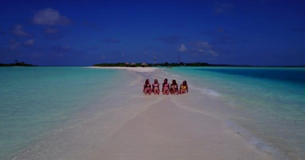 v10817 pět 5 krásných mladých dívek v bikinách opalování s DRONY letecký létající pohled na bílém písku ostrova mělčině a modré moře