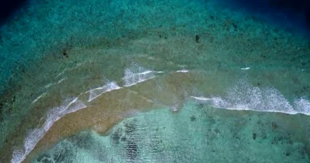 v10168 vlny vody textury lámání a burácení s DRONY létající pohled aqua modré a zelené čisté moře oceánu