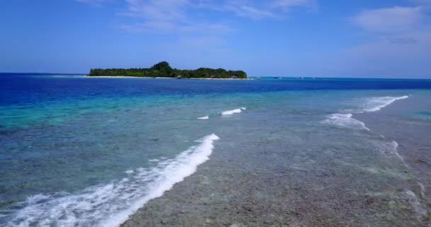 v09973 dovolená v Maledivách tropické ostrovy s výhledem z letecké létající dron na bílé písečné pláže a modré oblohy a moře