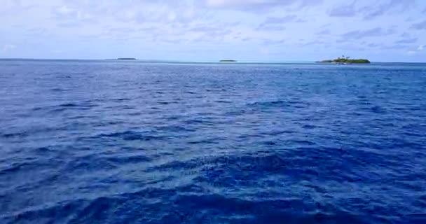 v11388 Maledivy pláž s bílým pískem tropické ostrovy s DRONY letecké létající ptáci oko zobrazení s aqua modré mořské vody a slunečnou oblohou