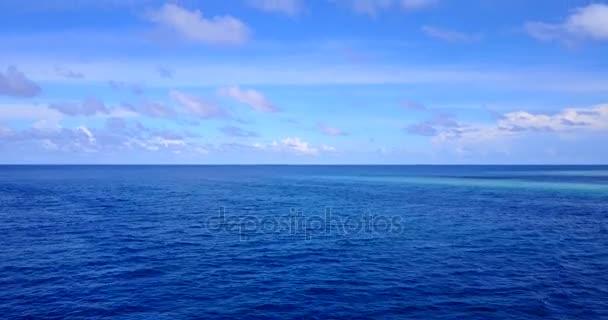 v11443 Maledivy pláž s bílým pískem tropické ostrovy s DRONY letecké létající ptáci oko zobrazení s aqua modré mořské vody a slunečnou oblohou