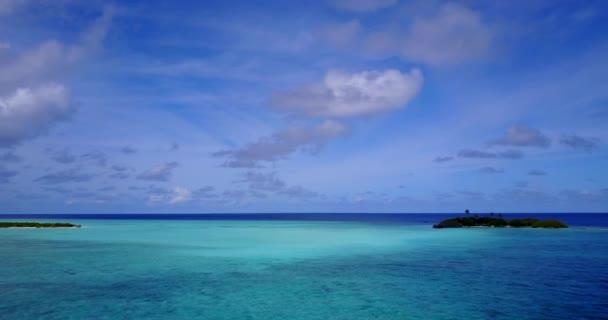 v11528 Maldive spiaggia di sabbia bianca tropicale con occhio di uccelli di volo aereo drone Mostra con acqua di mare blu aqua e cielo pieno di sole