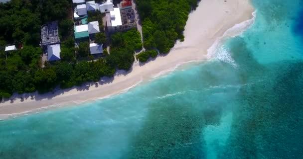 v11615 Maledivy pláž s bílým pískem tropické ostrovy s DRONY letecké létající ptáci oko zobrazení s aqua modré mořské vody a slunečnou oblohou