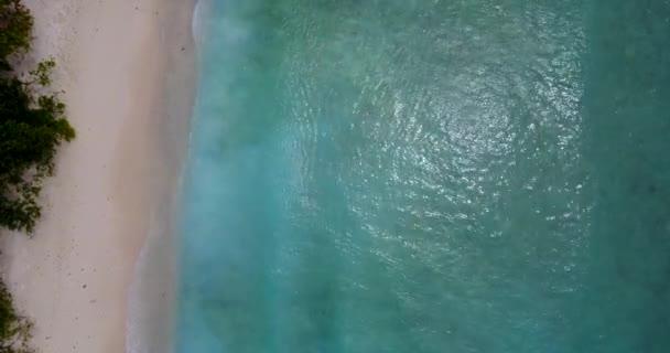 v11677 Malediven weißen Sandstrand tropischen Inseln mit Luft fliegenden Drohne Vogelperspektive anzeigen mit Aqua blaue Meerwasser und Sonne