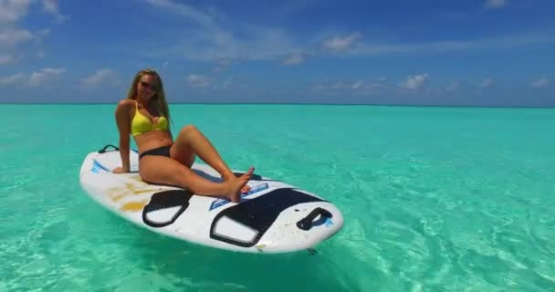v11923 egy 1 szép, fiatal lány a bikini napozásra a szörfdeszka paddleboard, és pihentető a aqua kék tenger víz a fehér homok, a nap