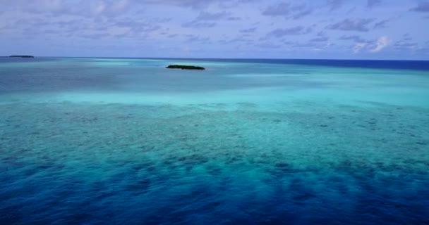 v11413 Maledivy pláž s bílým pískem tropické ostrovy s DRONY letecké létající ptáci oko zobrazení s aqua modré mořské vody a slunečnou oblohou