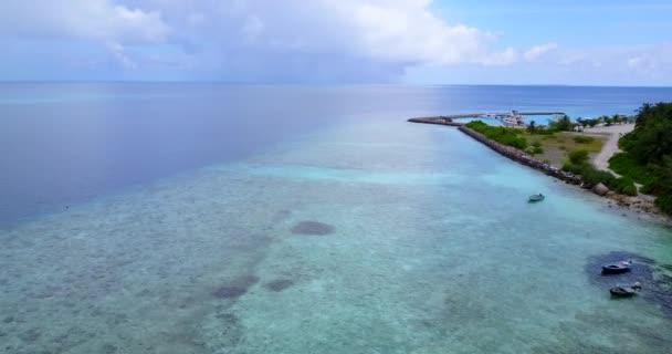 v11778 Maledivy pláž s bílým pískem tropické ostrovy s DRONY letecké létající ptáci oko zobrazení s aqua modré mořské vody a slunečnou oblohou