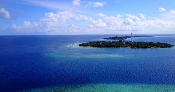 v12469 Maledivy pláž s bílým pískem tropické ostrovy s DRONY letecké létající ptáci oko zobrazení s aqua modré mořské vody a slunečnou oblohou