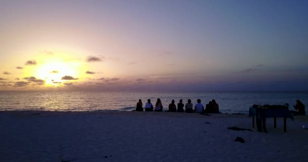 v12774 alba tramonto gruppo di giovani belle ragazze sulla spiaggia con vista volo aerea drone di sera mattina chiaro cielo e acqua di mare