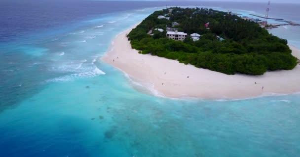 v12235 Malediven weißen Sandstrand tropischen Inseln mit Luft fliegenden Drohne Vogelperspektive anzeigen mit Aqua blaue Meerwasser und Sonne