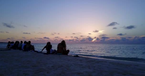 v12786 západ slunce východ slunce skupina mladých krásných dívek na pláži s DRONY létající pohled na večerní ranní vymazat mořské vody a oblohy