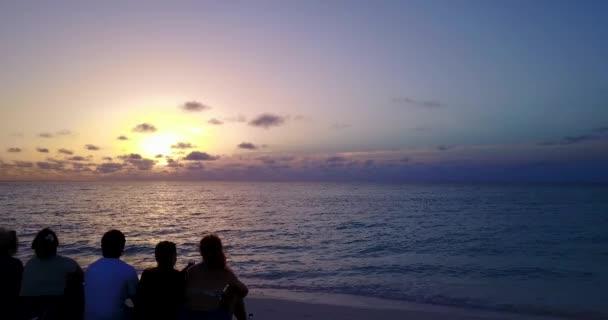 v12779 západ slunce východ slunce skupina mladých krásných dívek na pláži s DRONY létající pohled na večerní ranní vymazat mořské vody a oblohy