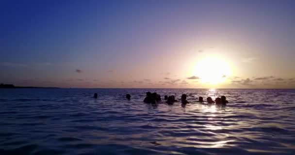 v12796 západ slunce východ slunce skupina mladých krásných dívek na pláži s DRONY létající pohled na večerní ranní vymazat mořské vody a oblohy