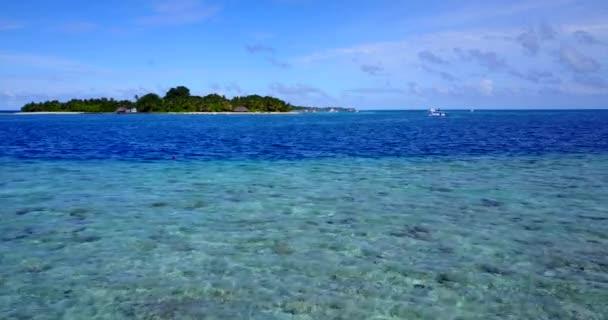 v09724 dovolená v Maledivách tropické ostrovy s výhledem z letecké létající dron na bílé písečné pláže a modré oblohy a moře
