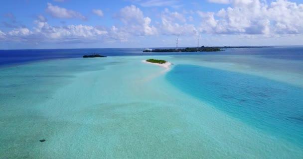 v09712 dovolená v Maledivách tropické ostrovy s výhledem z letecké létající dron na bílé písečné pláže a modré oblohy a moře