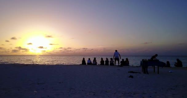 v12767 západ slunce východ slunce skupina mladých krásných dívek na pláži s DRONY létající pohled na večerní ranní vymazat mořské vody a oblohy