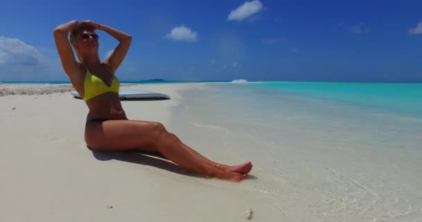 v09980 gyönyörű fiatal lány a bikini napozásra, és pihentető a aqua kék tenger víz a fehér homok, a nap