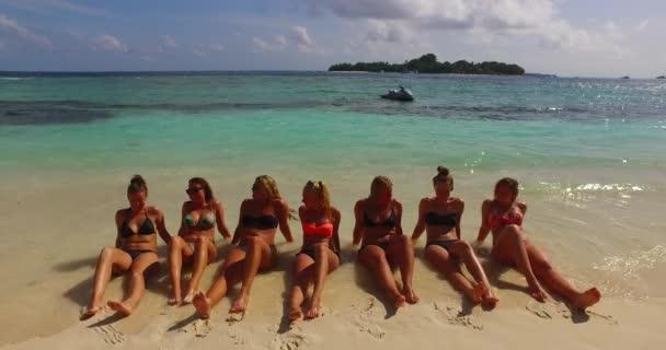 Видео красивых телок на пляже 14