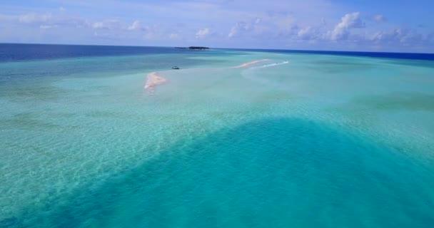 v09082 dovolená v Maledivách tropické ostrovy s výhledem z letecké létající dron na bílé písečné pláže a modré oblohy a moře