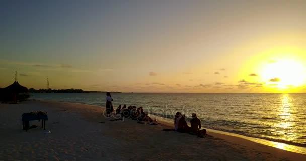 v12760 alba tramonto gruppo di giovani belle ragazze sulla spiaggia con vista volo aerea drone di sera mattina chiaro cielo e acqua di mare