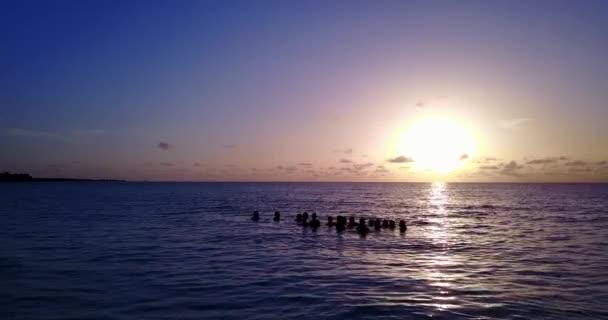 v12748 západ slunce východ slunce skupina mladých krásných dívek na pláži s DRONY létající pohled na večerní ranní vymazat mořské vody a oblohy