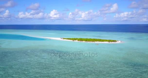 v09762 dovolená v Maledivách tropické ostrovy s výhledem z letecké létající dron na bílé písečné pláže a modré oblohy a moře
