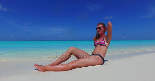 v09990 gyönyörű fiatal lány a bikini napozásra, és pihentető a aqua kék tenger víz a fehér homok, a nap
