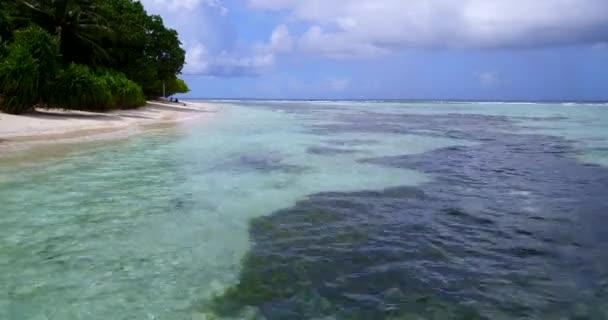 v12395 Maledivy pláž s bílým pískem tropické ostrovy s DRONY letecké létající ptáci oko zobrazení s aqua modré mořské vody a slunečnou oblohou