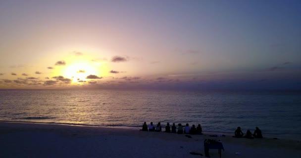 v12775 alba tramonto gruppo di giovani belle ragazze sulla spiaggia con vista volo aerea drone di sera mattina chiaro cielo e acqua di mare
