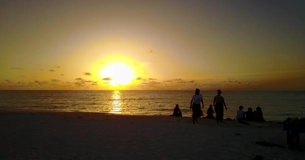 v12757 západ slunce východ slunce skupina mladých krásných dívek na pláži s DRONY létající pohled na večerní ranní vymazat mořské vody a oblohy
