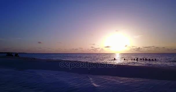 v12750 alba tramonto gruppo di giovani belle ragazze sulla spiaggia con vista volo aerea drone di sera mattina chiaro cielo e acqua di mare