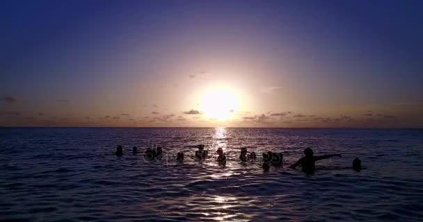 v12794 alba tramonto gruppo di giovani belle ragazze sulla spiaggia con vista volo aerea drone di sera mattina chiaro cielo e acqua di mare