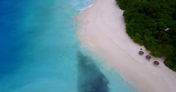 v12518 Maldive spiaggia di sabbia bianca tropicale con occhio di uccelli di volo aereo drone Mostra con acqua di mare blu aqua e cielo pieno di sole