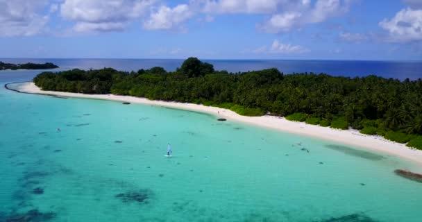 v13602 Maldive spiaggia di sabbia bianca tropicale con occhio di uccelli di volo aereo drone Mostra con acqua di mare blu aqua e cielo pieno di sole