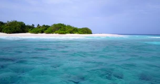 v13604 Maldive spiaggia di sabbia bianca tropicale con occhio di uccelli di volo aereo drone Mostra con acqua di mare blu aqua e cielo pieno di sole
