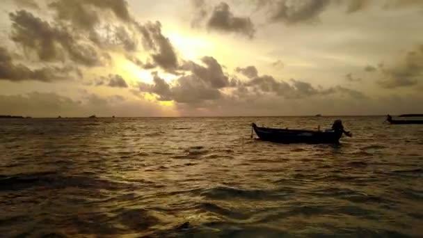 v13867 silueta plachetnice při západu slunce východu slunce s krásnou oblohu a moře na ostrově beach