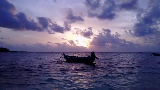 v13881 silueta plachetnice při západu slunce východu slunce s krásnou oblohu a moře na ostrově beach