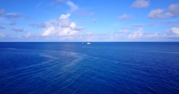 v13498 Maldive spiaggia di sabbia bianca tropicale con occhio di uccelli di volo aereo drone Mostra con acqua di mare blu aqua e cielo pieno di sole