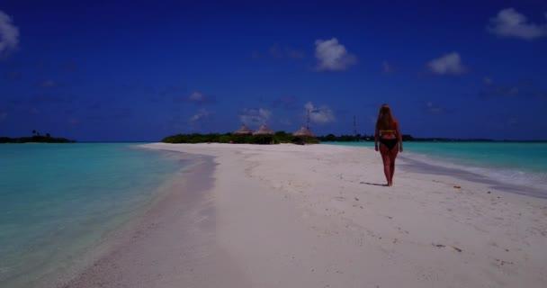 v13754 egy szép, fiatal lány a bikini napozásra, és séta a aqua kék tenger víz fehér homok, a nap