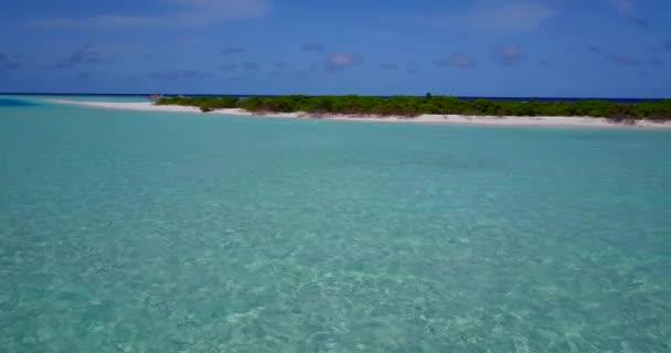 v13610 Maledivy pláž s bílým pískem tropické ostrovy s DRONY letecké létající ptáci oko zobrazení s aqua modré mořské vody a slunečnou oblohou