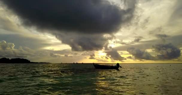 v14921 silueta plachetnice při západu slunce východu slunce s krásnou oblohu a moře na ostrově beach