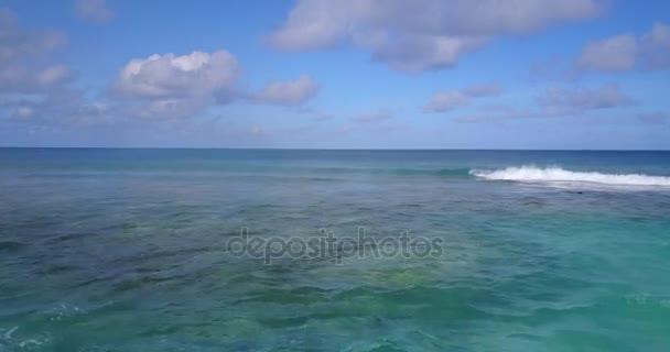 v14180 vlny vody textury lámání a burácení s DRONY létající pohled aqua modré a zelené čisté moře oceánu